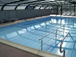 la piscine couverte et chauffée du bon camping